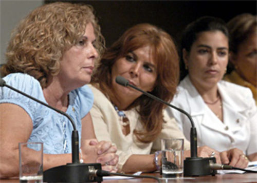 Olga Salanueva (left), wife of René González, and Adriana Pérez (far right), wife of Gerardo Hernández