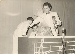 Don Francisco and some young audience members on Sábado Gigante in its inaugural year.