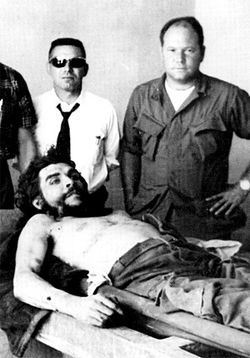 Gustavo (right) stands over Che&#039;s corpse.